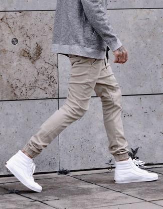 Comment porter: blouson aviateur gris, pantalon de jogging beige, baskets montantes en cuir blanches