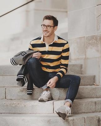 Comment porter: blouson aviateur gris, pull à col polo à rayures horizontales jaune, jean noir, chaussures de sport en daim grises