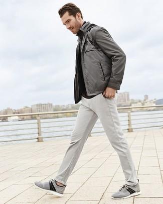 Comment porter: blouson aviateur gris, pull à col roulé noir, pantalon chino gris, baskets basses en toile grises
