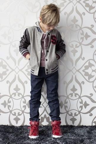 Comment porter: blouson aviateur gris, pull rouge, jean bleu marine, baskets rouges