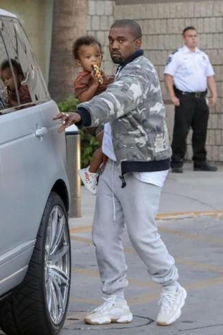 Comment porter: blouson aviateur camouflage gris, t-shirt à col rond blanc, pantalon de jogging gris, chaussures de sport beiges