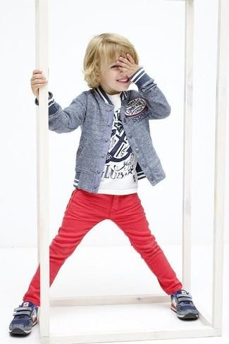 Comment porter: blouson aviateur gris, t-shirt imprimé blanc, jean rouge, baskets bleu marine