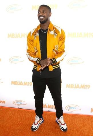 Comment porter: blouson aviateur en satin jaune, t-shirt à col rond noir, pantalon de jogging noir, chaussures de sport multicolores