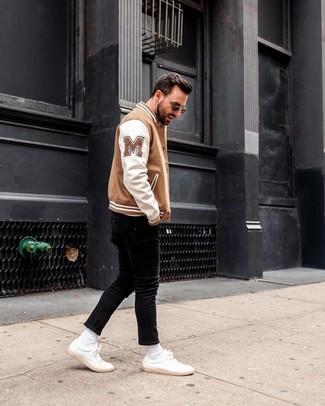 Comment porter: blouson aviateur blanc et marron, jean skinny noir, baskets basses en cuir blanches, lunettes de soleil noires