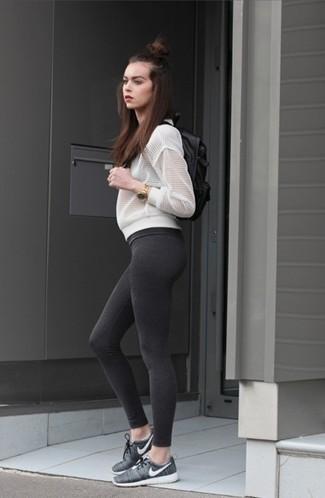 Comment porter: blouson aviateur en tulle blanc, leggings gris foncé, chaussures de sport gris foncé, sac à dos en cuir noir