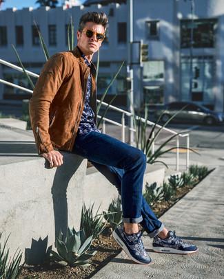 Comment porter: blouson aviateur en cuir marron, chemise à manches longues à fleurs bleu marine, jean bleu marine, chaussures de sport imprimées bleu marine