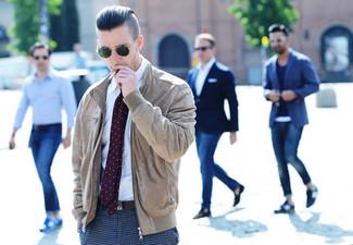Comment porter: blouson aviateur en daim marron clair, chemise de ville blanche, pantalon de costume en pied-de-poule gris, cravate á pois pourpre