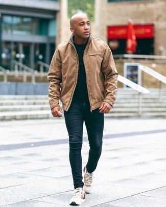 Comment porter un blouson aviateur marron clair: Pense à harmoniser un blouson aviateur marron clair avec un jean skinny bleu marine pour un déjeuner le dimanche entre amis. Tu veux y aller doucement avec les chaussures? Termine ce look avec une paire de chaussures de sport beiges pour la journée.