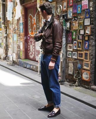 Comment porter: blouson aviateur en cuir marron foncé, chemise à manches longues bleu clair, jean bleu, slippers en cuir pourpre foncé