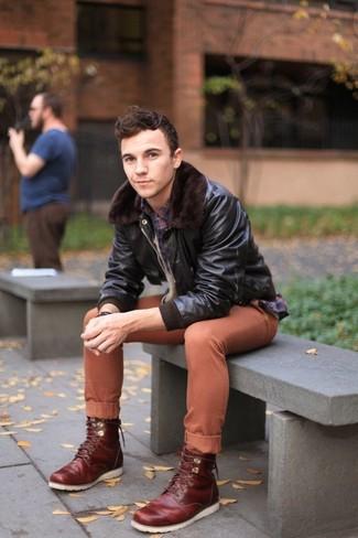 Comment porter: blouson aviateur en cuir marron foncé, chemise à manches longues écossaise bleu marine, pantalon chino tabac, bottes de loisirs en cuir bordeaux