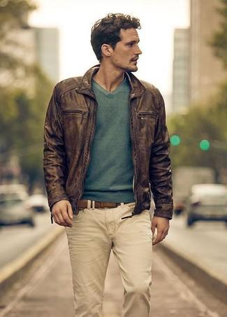 Comment porter un blouson aviateur en cuir tabac: Essaie d'harmoniser un blouson aviateur en cuir tabac avec un jean beige pour un déjeuner le dimanche entre amis.