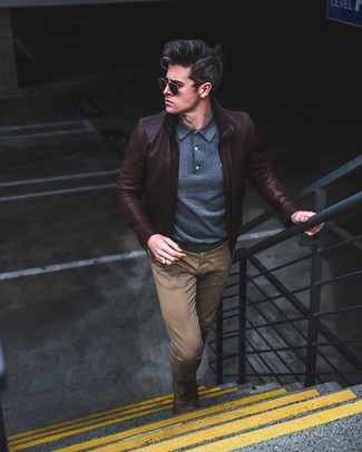 Comment porter: blouson aviateur en cuir marron foncé, pull à col polo bleu marine, pantalon chino marron, chaussures derby en toile olive