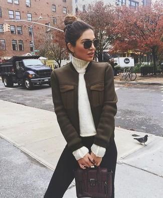 Comment porter: blouson aviateur marron foncé, pull à col roulé blanc, leggings noirs, cartable en cuir bordeaux