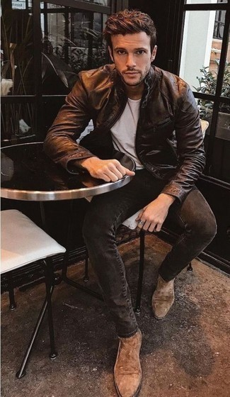 Comment porter un blouson aviateur en cuir marron foncé: Associe un blouson aviateur en cuir marron foncé avec un jean gris foncé pour une tenue idéale le week-end. Jouez la carte classique pour les chaussures et termine ce look avec une paire de des bottines chelsea en daim marron clair.