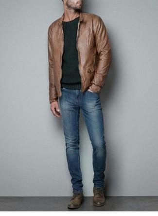 Comment porter: blouson aviateur en cuir marron, pull à col rond vert foncé, jean bleu, bottes de loisirs en cuir marron