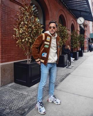 Comment porter: blouson aviateur en fourrure marron, sweat à capuche beige, jean bleu clair, chaussures de sport grises