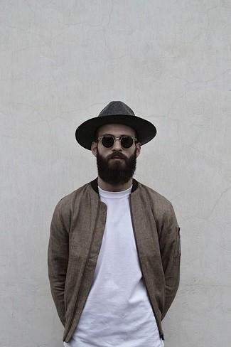 Comment porter: blouson aviateur marron, t-shirt à col rond blanc, chapeau en laine gris foncé