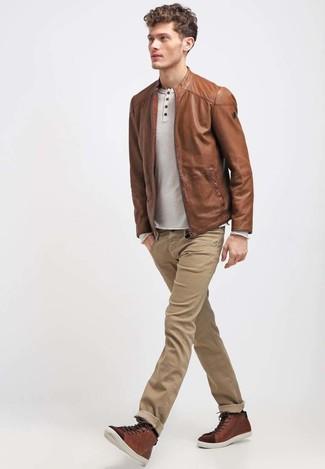 Comment porter: blouson aviateur en cuir marron, t-shirt à manche longue et col boutonné beige, jean marron clair, baskets montantes en cuir marron