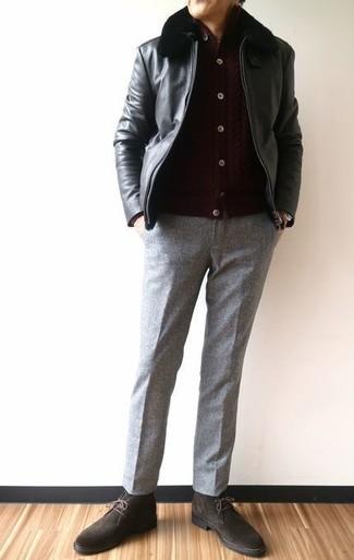Comment porter: blouson aviateur en cuir noir, cardigan marron foncé, pantalon de costume en laine gris, bottines chukka en daim marron foncé