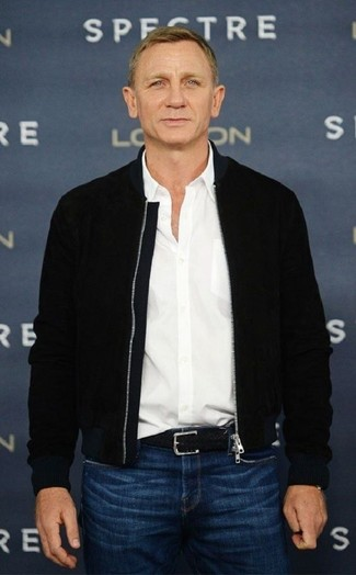 Comment porter: blouson aviateur noir, chemise à manches longues blanche, jean bleu, ceinture en cuir tressée noire