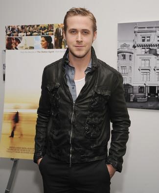 Tenue de Ryan Gosling: Blouson aviateur en cuir noir, Chemise à manches longues en chambray grise, Débardeur blanc, Pantalon chino noir