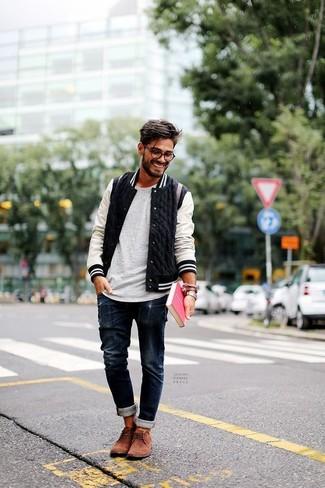 Comment porter: blouson aviateur noir et blanc, t-shirt à col rond gris, jean bleu marine, bottines chukka en daim marron