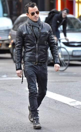 Comment porter: blouson aviateur en cuir noir, jean noir, bottes de loisirs en cuir noires, écharpe grise