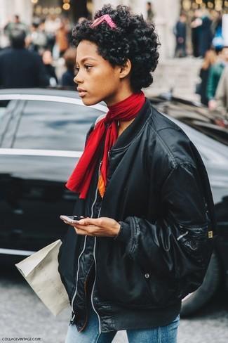 Comment porter: blouson aviateur en cuir noir, jean skinny bleu, bandana rouge, lunettes de soleil fuchsia
