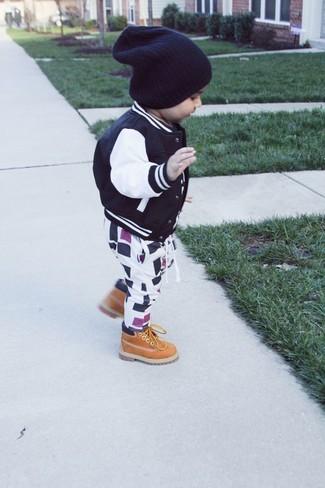 Comment porter: blouson aviateur noir, pantalon de jogging blanc et noir, bottes marron clair, bonnet noir