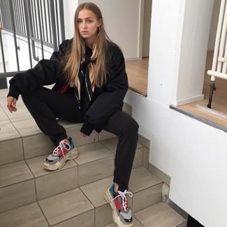 Comment porter: blouson aviateur noir, pantalon de jogging noir, chaussures de sport multicolores