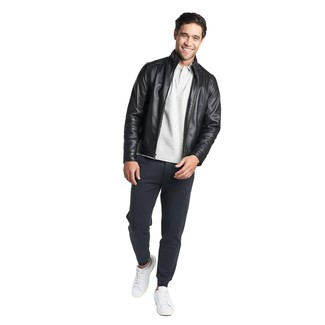 Comment porter: blouson aviateur en cuir noir, polo gris, pantalon de jogging bleu marine, baskets basses en cuir blanches