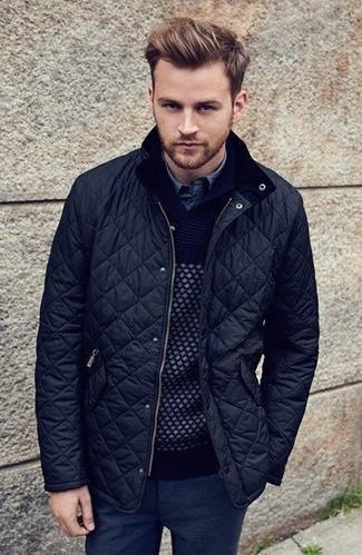 Comment porter: blouson aviateur matelassé noir, pull à col châle noir, chemise en jean bleue, pantalon de costume en laine noir