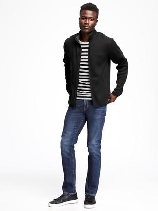Comment porter: blouson aviateur noir, pull à col rond à rayures horizontales blanc et noir, jean bleu marine, baskets basses en cuir noires