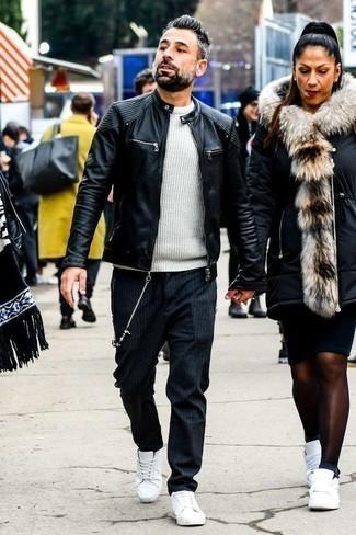 Comment porter un pull à col rond blanc: Pense à opter pour un pull à col rond blanc et un pantalon chino à rayures verticales gris foncé pour une tenue idéale le week-end. Complète ce look avec une paire de des baskets basses en cuir blanches.