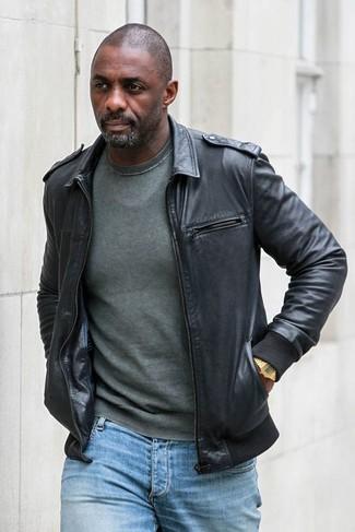 Comment porter: blouson aviateur en cuir noir, pull à col rond vert foncé, jean bleu clair, montre dorée