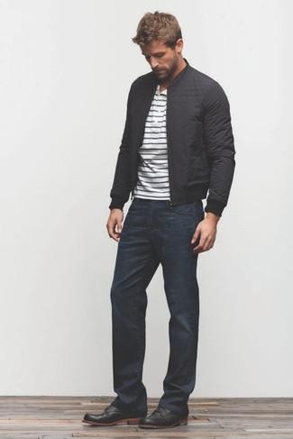 Comment porter: blouson aviateur noir, t-shirt à col boutonné à rayures horizontales blanc et bleu marine, jean bleu marine, bottines chukka en cuir noires
