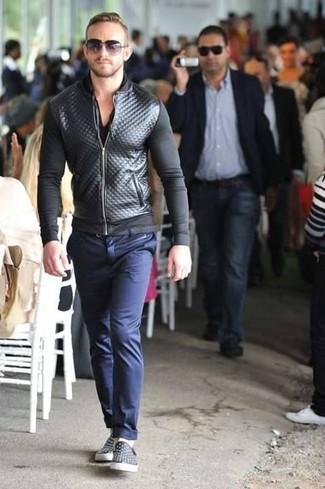 Comment porter: blouson aviateur en cuir matelassé noir, t-shirt à col en v noir, pantalon chino bleu marine, baskets à enfiler en cuir noires