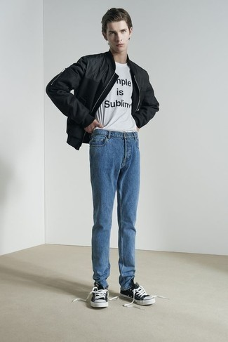 Comment porter des baskets basses en toile noires et blanches à l'adolescence: Pense à opter pour un blouson aviateur noir et un jean bleu pour une tenue idéale le week-end. Une paire de des baskets basses en toile noires et blanches est une option avisé pour complèter cette tenue.