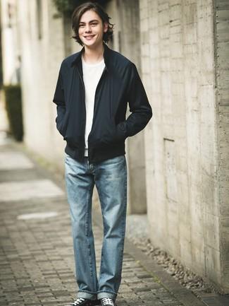 Ce combo d'un blouson aviateur noir Ben Sherman et d'un jean bleu clair te permettra de garder un style propre et simple en dehors des horaires de bureau. Cette tenue est parfait avec une paire de des baskets basses en toile noires et blanches.