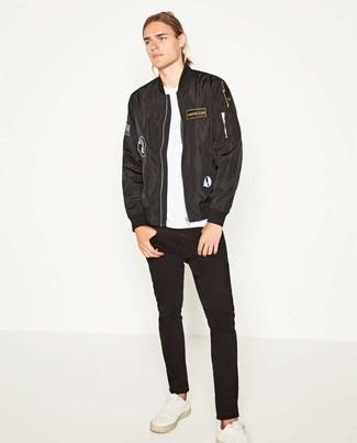 Comment porter: blouson aviateur noir, t-shirt à col rond blanc, jean noir, baskets basses en cuir blanches