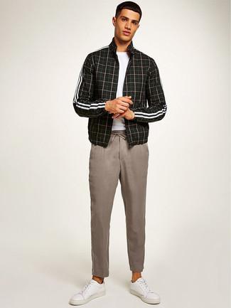 Comment porter: blouson aviateur à carreaux noir, t-shirt à col rond blanc, pantalon chino beige, baskets basses en cuir blanches