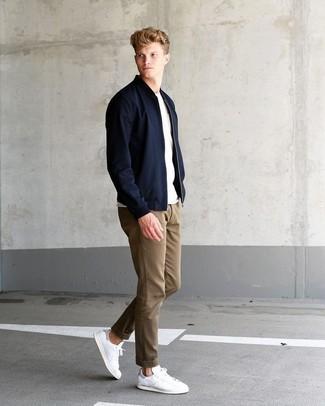 Comment porter: blouson aviateur noir, t-shirt à col rond blanc, pantalon chino marron clair, baskets basses en cuir blanches