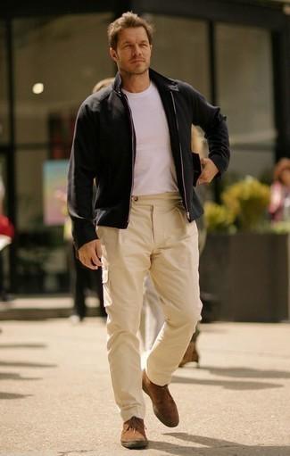 Comment porter des bottines chukka en daim marron: Pense à porter un blouson aviateur noir et un pantalon chino marron clair pour affronter sans effort les défis que la journée te réserve. Cette tenue se complète parfaitement avec une paire de des bottines chukka en daim marron.