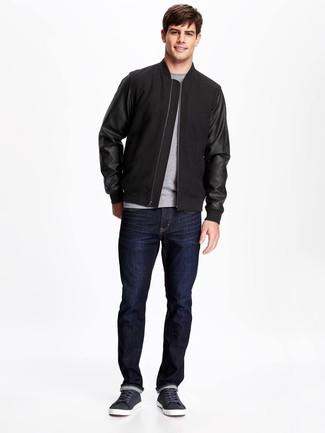 Comment porter: blouson aviateur noir, t-shirt à col rond gris, jean bleu marine, baskets basses en cuir bleu marine