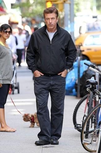 Comment porter: blouson aviateur noir, t-shirt à col rond gris, jean bleu marine, slippers en cuir noirs