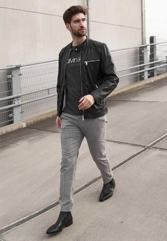 Comment porter des bottines chelsea en cuir noires: Essaie d'harmoniser un blouson aviateur en cuir noir avec un pantalon chino gris pour affronter sans effort les défis que la journée te réserve. Choisis une paire de des bottines chelsea en cuir noires pour afficher ton expertise vestimentaire.
