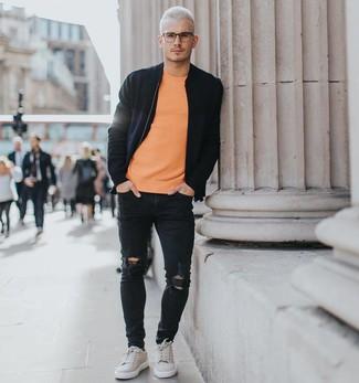Comment porter: blouson aviateur noir, t-shirt à col rond orange, jean skinny déchiré noir, baskets basses en daim grises