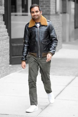 Comment porter: blouson aviateur en cuir noir, t-shirt à manche longue imprimé blanc, pantalon chino olive, baskets basses en cuir blanches