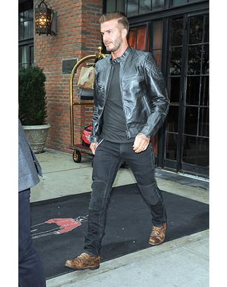 Comment porter: blouson aviateur en cuir noir, t-shirt à manche longue noir, jean noir, chaussures derby en cuir marron