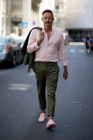 """L'association d'un blouson aviateur olive hommes Ben Sherman et d'un pantalon de costume olive te démarquera de la masse sans trop être """"too much"""". D'une humeur créatrice? Assortis ta tenue avec une paire de des baskets basses en cuir roses."""